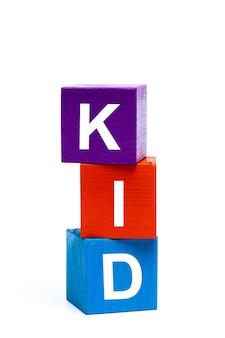 Cubes de jouets en bois avec des lettres. enfant