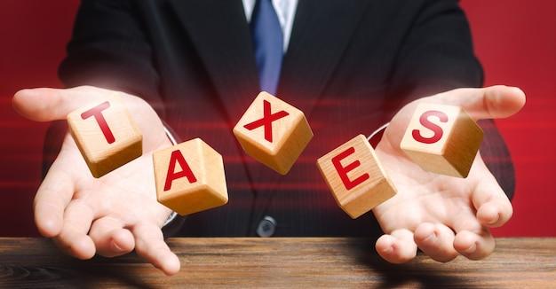 Les cubes lancés par un fonctionnaire ou un homme d'affaires composent le mot taxes.