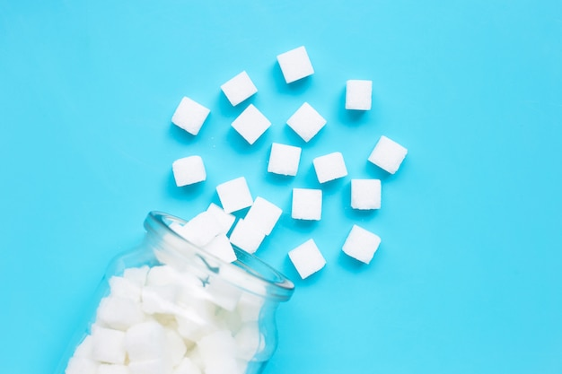 Cubes de sucre sur un bleu