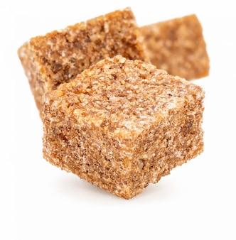 Cubes de sucre brun.