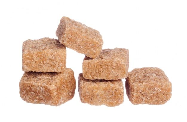 Cubes de sucre de canne brun isolés