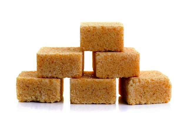 Cubes de sucre de canne isolé sur fond blanc