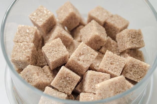 Cubes de sucre de canne isolés