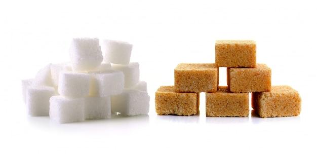 Cubes de sucre sur fond blanc