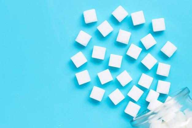 Cubes de sucre sur un fond bleu.
