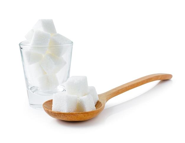 Cubes de sucre isolés sur fond blanc.