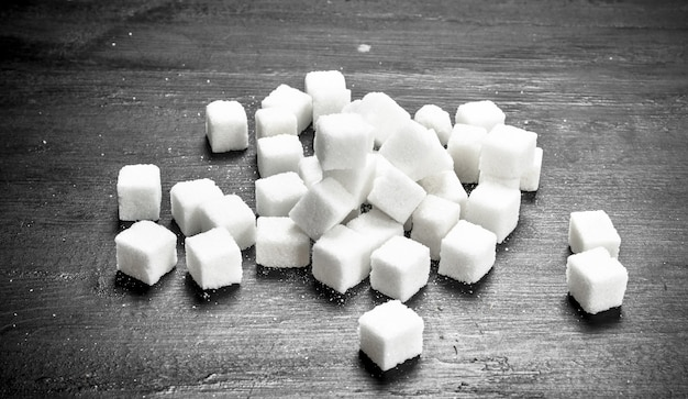 Cubes de sucre raffinés. sur le tableau noir.