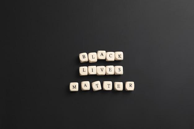 Cubes avec texte black lives matter sur mur sombre