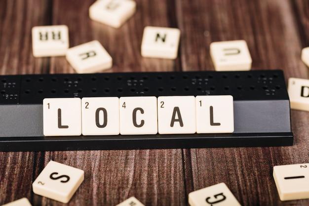 Cubes avec titre local sur support