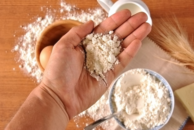 Cueillette à la main des œufs et de la farine pour la cuisson