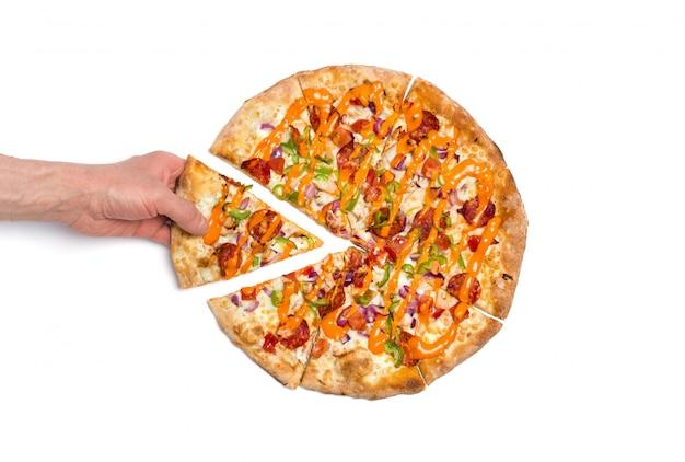 Cueillette à la main une tranche de pizza. pizza à la mozzarella et au salami isolé sur blanc.