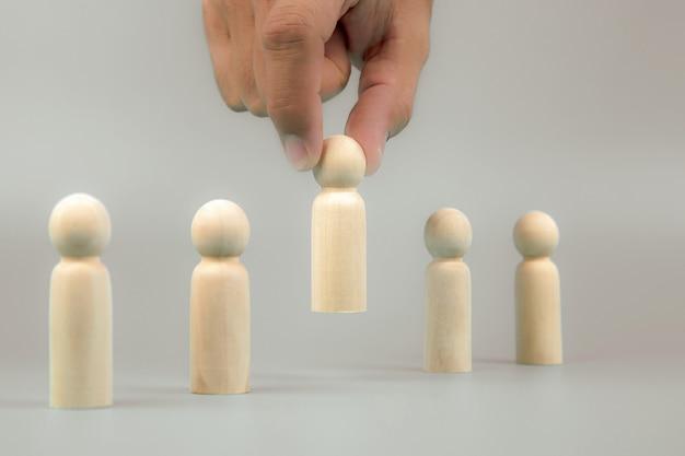 Cueilli à la main un peuple de poupée de bois concepts ressources humaines.