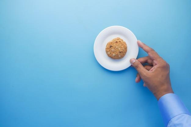 Cueillir à la main des biscuits dans une vue de dessus