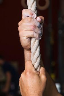 Cueillir les mains sur la corde