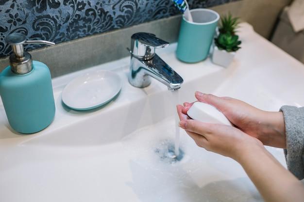 Cueillir les mains avec du savon