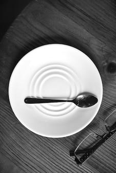 Cuillère sur une assiette