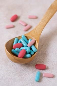Cuillère en bois à angle élevé avec des pilules