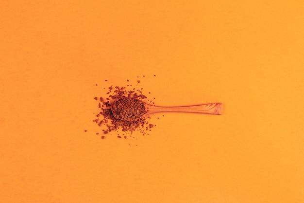 Cuillère en bois avec café granulé instantané
