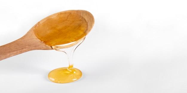 Cuillère en bois avec du miel