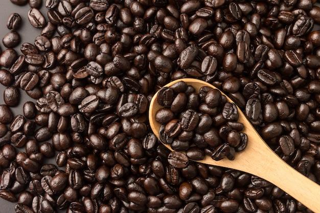 Cuillère en bois avec fond de grains de café torréfiés