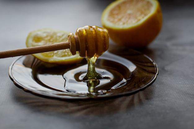 Cuillère en bois de miel au citron