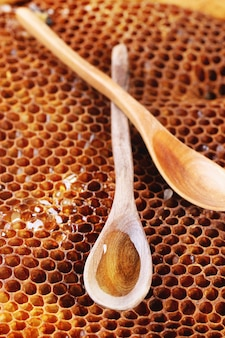Cuillère en bois sur nids d'abeille