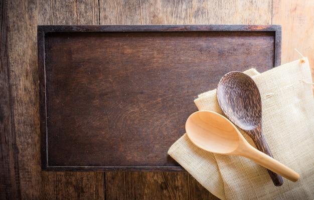 Cuillère en bois sur sac et fond en bois