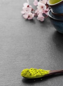 Cuillère en bois avec thé vert matcha en poudre