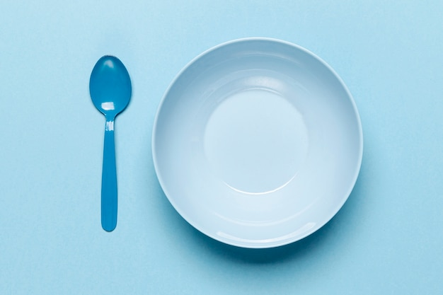 Cuillère et bol bleu vide