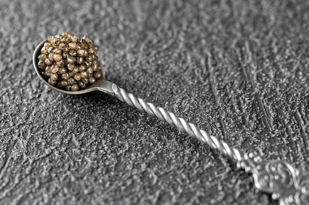 Cuillère à café d'argent de caviar noir close up