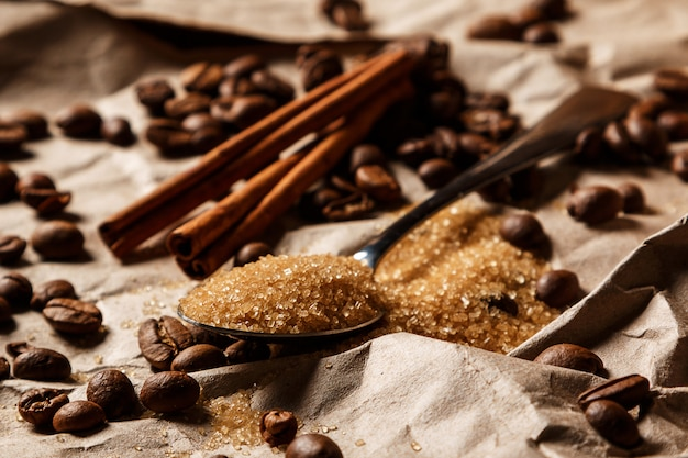 Cuillère avec cassonade et grains de café