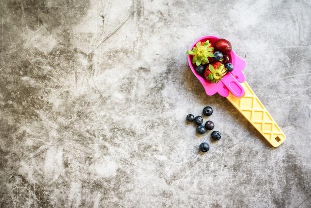 Une cuillère de crème glacée remplie de fruits sains pour les enfants