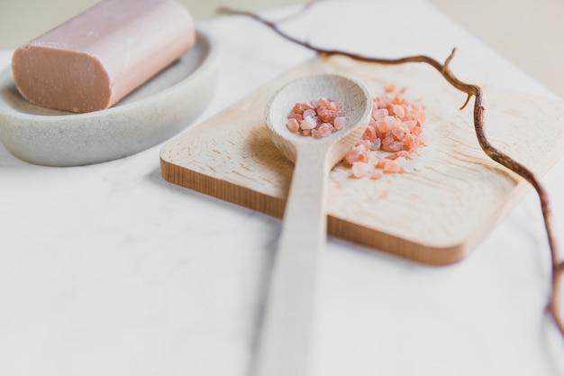 Cuillère avec du sel près de savon