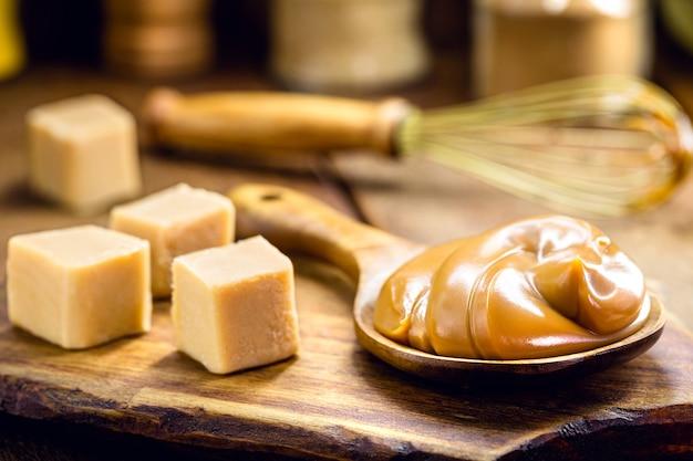 Cuillère de dulce de leche ou caramel doux fait maison, appelé dulce de lethe au brésil