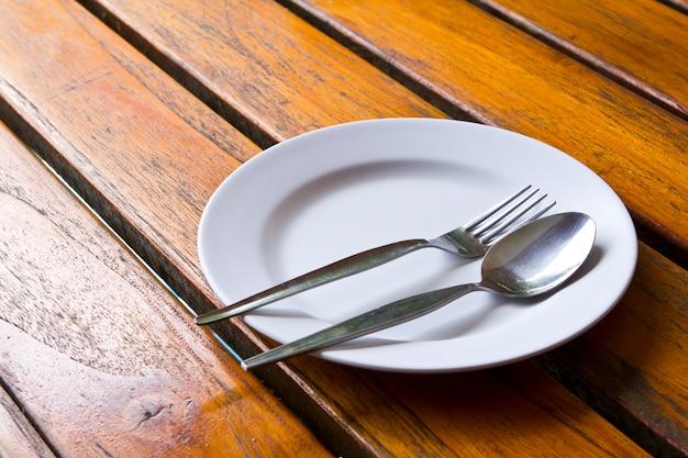 Cuillère et fourchette sur une assiette
