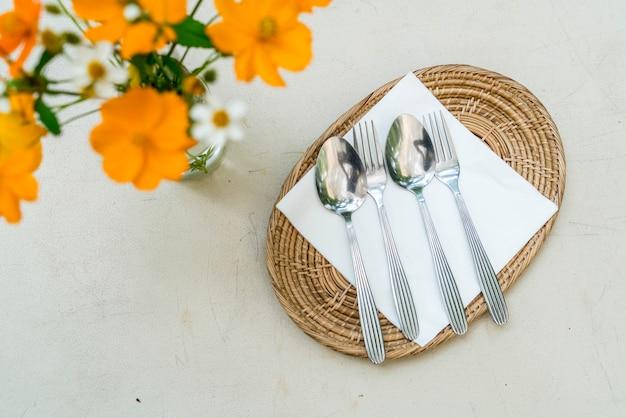 Cuillère et fourchette sur assiette