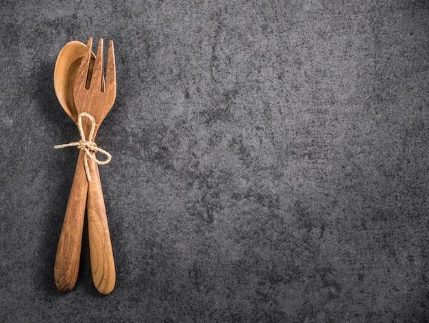 Cuillère et fourchette en bois space avec vieux marbre