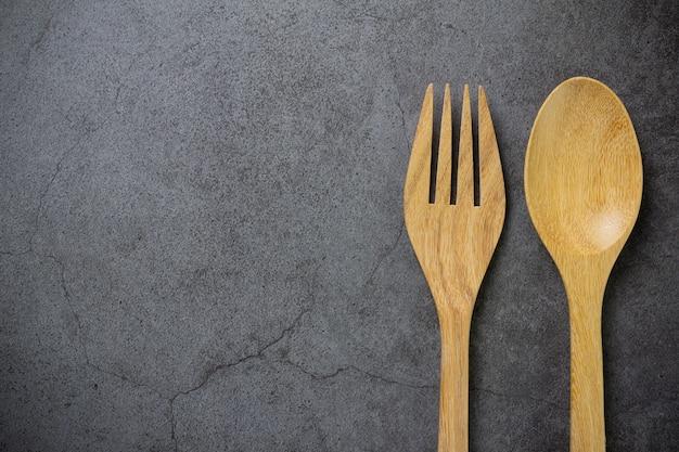 Cuillère et fourchette en bois sur table