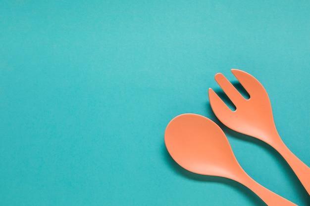 Cuillère et fourchette sur fond bleu