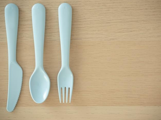 Cuillère et fourchette en plastique de couleur vive