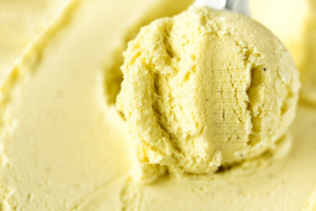 Cuillère à glace vanille. concept de nourriture d'été, espace de copie, vue de dessus. texture évidée. récupération de glace jaune.