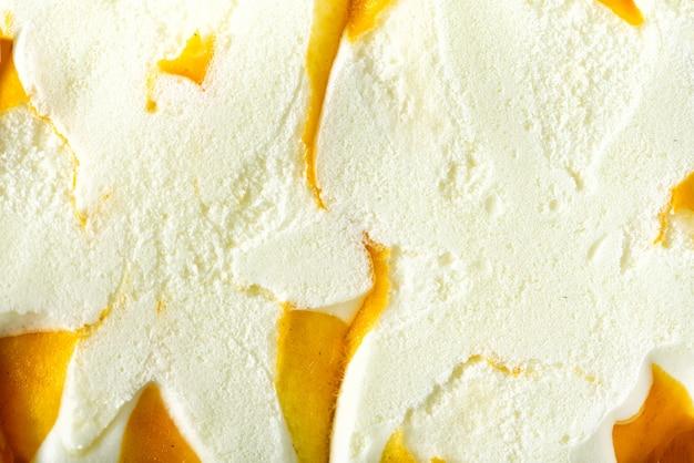 Cuillère à glace vanille. concept de nourriture d'été. texture évidée. récupération de glace à la mangue jaune.