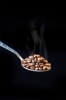 Cuillère à grains de café fraîchement torréfié