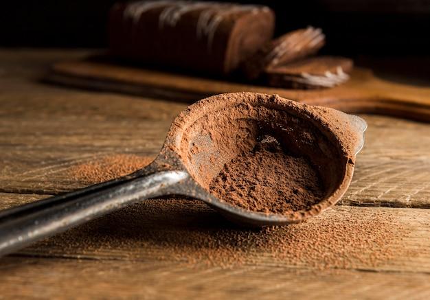 Cuillère de gros plan avec de la poudre de cacao