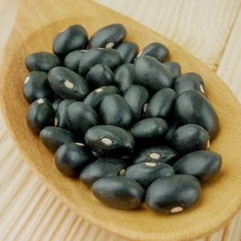 Une cuillère de macro de haricots noirs