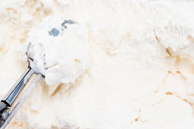Cuillère en métal dans la glace à la vanille faite maison