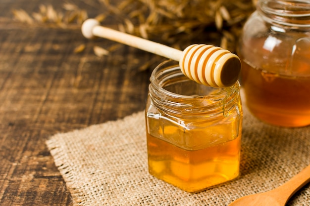 Cuillère à miel sur le pot