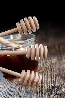 La cuillère à miel simple et faite maison est en bois sans ponçage ni traitement, il y a des irrégularités sur la cuillère à miel, mais elle peut toujours être utilisée pour appliquer du miel