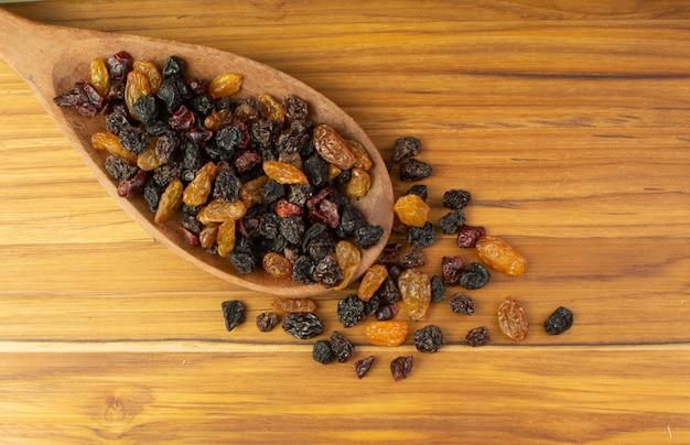 Cuillère pleine de raisins secs