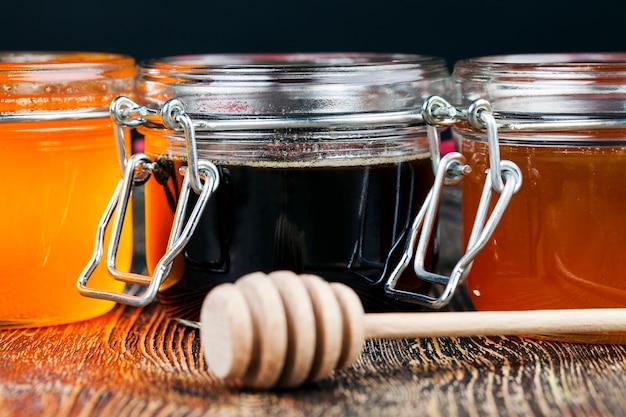 Une cuillère pour le miel avec du miel d'abeille
